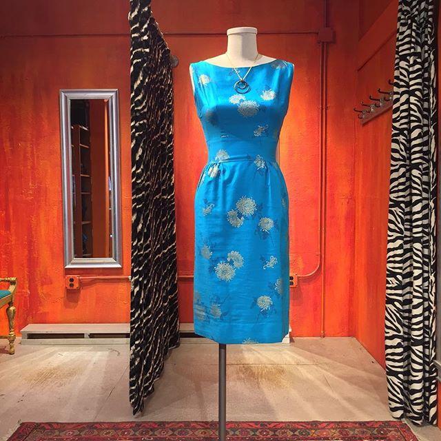 Vintage handmade chrysanthemum print pencil dress. Size 2-4. $44.
